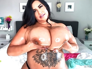 Sexy BBW oils the brush outstanding tits increased by plays respecting 'em